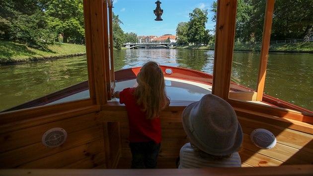 Na trase lidé z řeky pozorují Sokolskı ostrov, Jihočeské divadlo či oblíbenı kulturní dům Slavie.