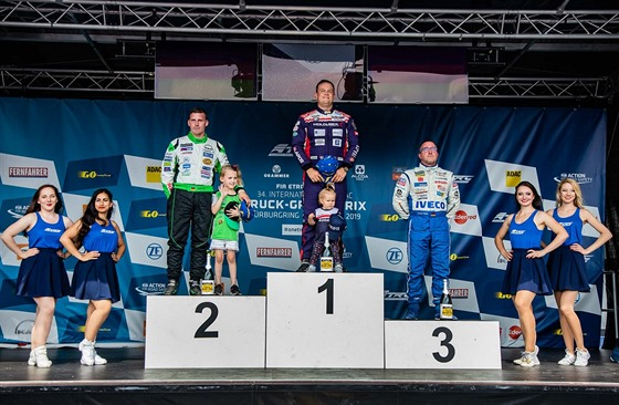 Usměvavı Adam Lacko si na Nürburgringu dojel pro první místo.