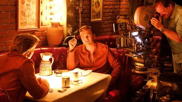 Brad Pitt, Leonardo DiCaprio a Quentin Tarantino během natáčení filmu Tenkrát v Hollywoodu.