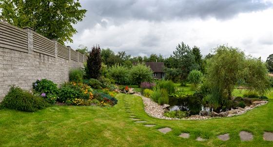 Úpravu zahrady a vybudování jezírka nechali noví majitelé na odbornících.