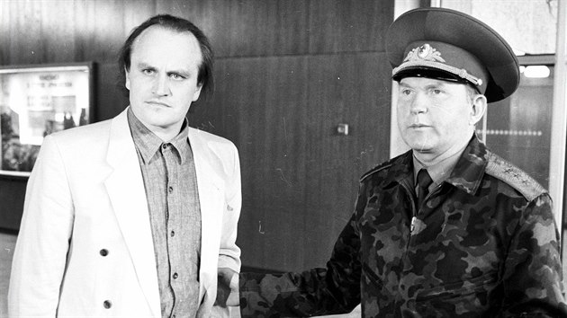 Michael Kocáb při odjezdu posledního ruského vojáka ze středočeskıch Milovic (1. června 1991)