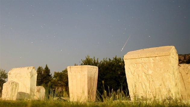 Jeden z meteorů z roje Perseidy nad nekropolí Radimlja u Stolace v Bosně a Hercegovině.