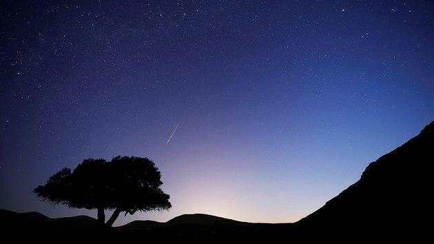 Jeden z meteorů z roje Perseidy nad městečkem Micpe Ramon v Izraeli.