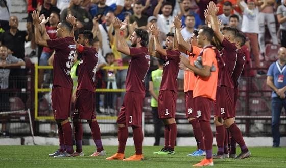 Fotbalisté CFR Kluž zdraví fanoušky během kvalifikace o Ligu mistrů.
