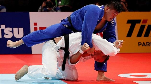 Lukáš Krpálek (v modrém) a Japonec Hisajoši Harasawa ve finále mistrovství světa v Tokiu.