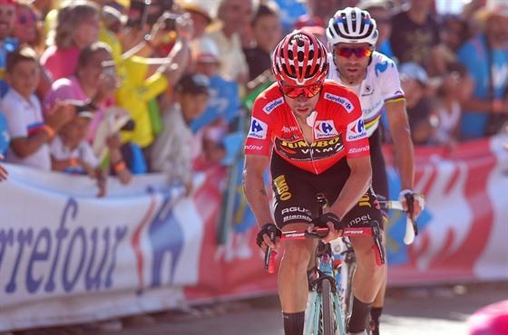 Primož Roglič (vlevo) a Alejandro Valverde při dojezdu nedělní etapy.