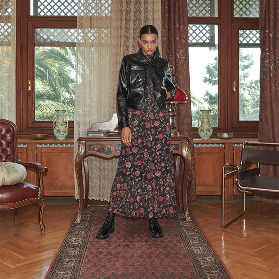 Maxi šaty s květinovım vzorem ve spojení s koženou bundou se stanou hitem...