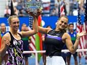Belgičanka Elise Mertensová (vlevo) a Běloruska Aryna Sabalenková pózují s...