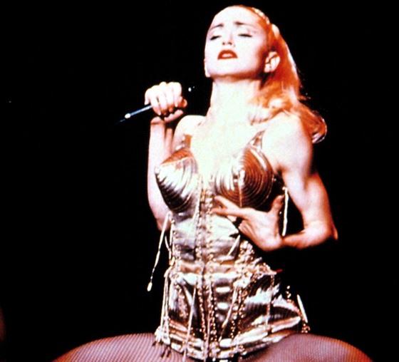 Inspirace pro odvážné: korzet Madonny se špičatou podprsenkou od Jeana Paula...