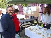 Simona Vlašimská (vpravo) věnovala koláč i nám.