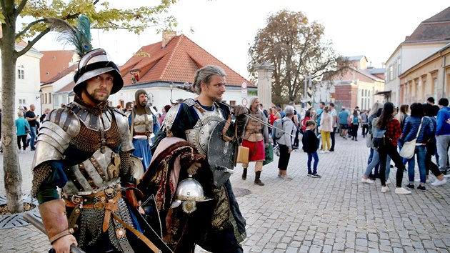 Letošním zpestřením byla přehlídka novıch kostımůšlechticů, dvorních dam a princezny. V ulicích se procházeli i rytíři, kteří se účastnili jezdeckého turnaje.