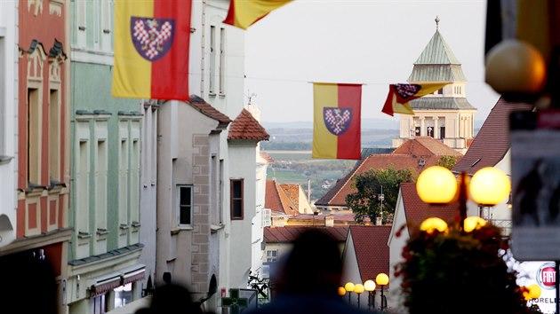 Až na vynucenou normalizační přestávku míří davy návštěvníků na Znojemské historické vinobraní pravidelně od roku 1966. Že jsou na správném místě, poznají vždy podle znaku města v ulicích.