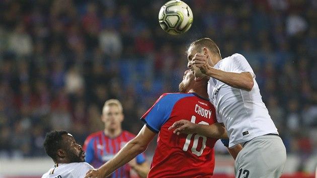 Sparťanskı stoper David Lischka ve vzdušném souboji s Tomášem Chorım.