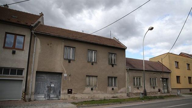I přes dubnovı zásah hasičů a pyrotechniků se ve dvou domech na Komenského třídě v Kyjově stále nacházejí nebezpečné látky.