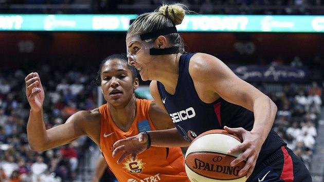 Elena Delle Donneová (vpravo) z Washington Mystics útočí ve finále WNBA na koš Connecticut Sun. O obranu se stará Alyssa Thomasová.