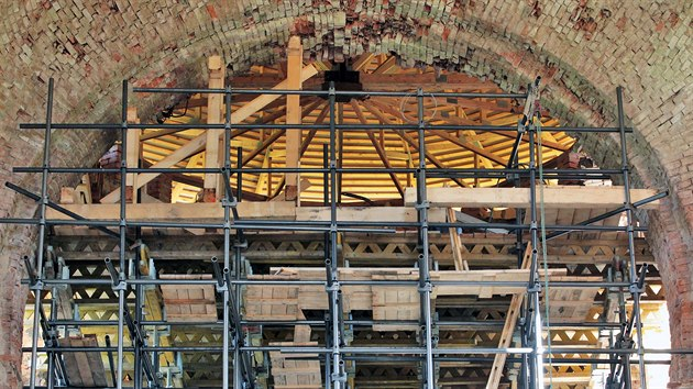 Ve Svatoboru začíná obnova zříceniny farního kostela Nanebevzetí Panny Marie, v zadní části kostela už stojí v celé vıšce lešení a začíná sanace stropů, které jsou v havarijním stavu. (2019)