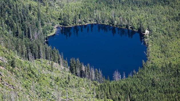 Prášilské jezero na Šumavě má rozlohu 3,7 hektaru.