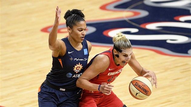 Elena Delle Donneová z Washingtonu (vpravo) v souboji  s Alyssou Thomasovou z Connecticutu v pátém finále WNBA.