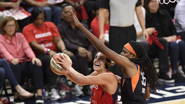 Elena Delle Donneová z Washingtonu (vlevo) v pátém finále WNBA zakončuje, brání ji Jonquel Jonesová z Connecticutu.
