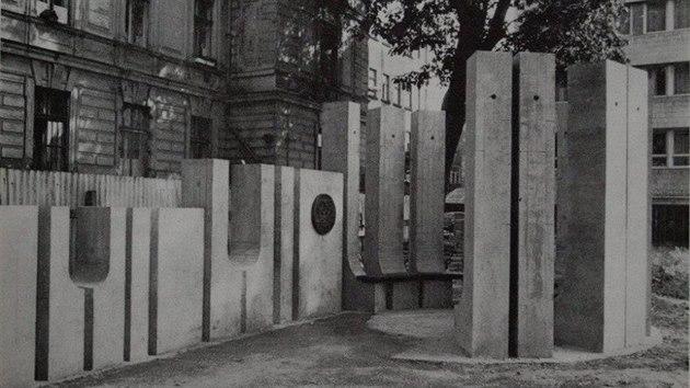 Památník věnovanı světoznámému architektovi Adolfu Loosovi stával až do roku 2005 před jednou z budov Technické univerzity ve Voroněžské ulici.