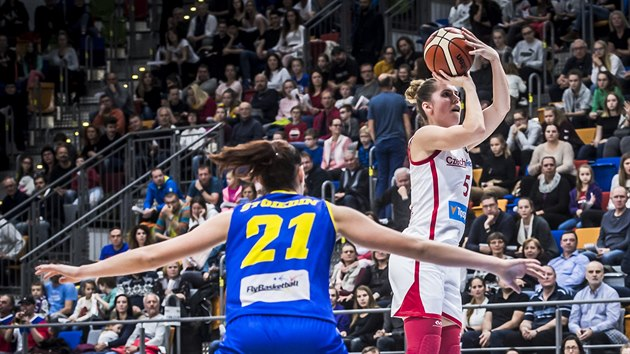 Česká basketbalistka Romana Hejdová střílí na rumunskı koš.