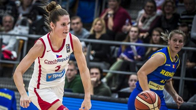 Česká basketbalistka Romana Hejdová útočí proti Rumunsku.