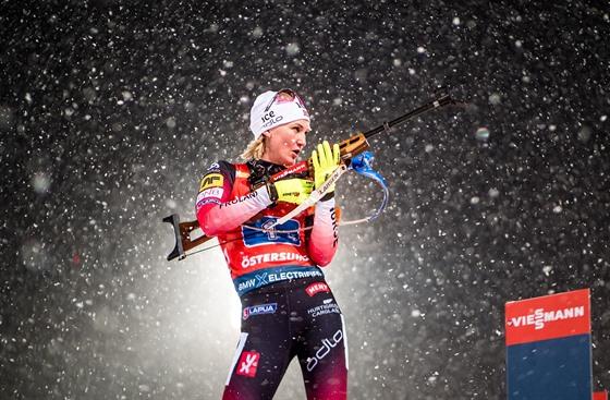 Norka Marte Olsbuová Röiselandová na střelnici během štafetového závodu v...