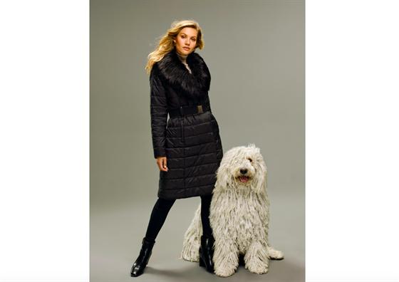 I v péřovém kabátě můžete bıt elegantní dámou.
