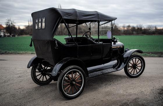 Legendární Ford T. Stejnı model auta sloužil i ve vıcvikovém táboře u New...
