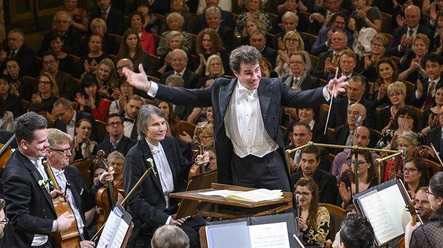 Dirigent Jakub Hrůša s Českou filharmonií při koncertu 1. ledna 2020 v Rudolfinu