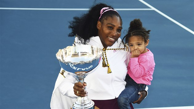 Serena Williamsová po triumfu na turnaji v Aucklandu s dcerou v náručí.