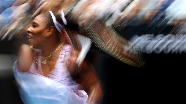 Netradiční zachycení forhendu Američanky Sereny Williamsové ve třetím kole Australian Open.