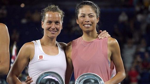 Barbora Strıcová (vlevo) a Sie Šu-wej z Tchaj-wanu pózují s talíři pro poražené finalistky čtyřhry Australian Open.