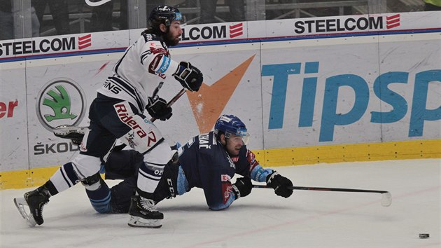 Kladenskı Patrik Machač se snaží odehrát puk ze země, kam ho dostal vítkovickı Petr Trška.