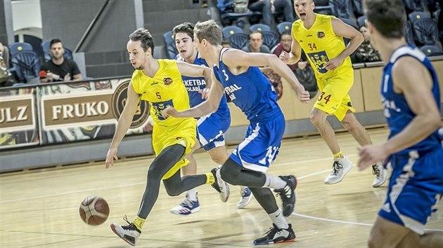 Jindřichohradeckı basketbalista Jiří Šoula (ve žlutém s číslem 5) dribluje s...