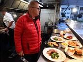 V pojízdné kuchyni šéf předvedl Filipovi a jeho tımu novı koncept a naučil je...