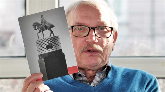 Ivan Thın, člen karlovarského Rotary klubu, ukazuje na fotce model sochy Karla IV.