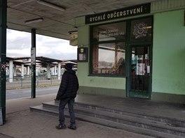 Incident se odehrál před bufetem na autobusovém nádraží v Plzni.