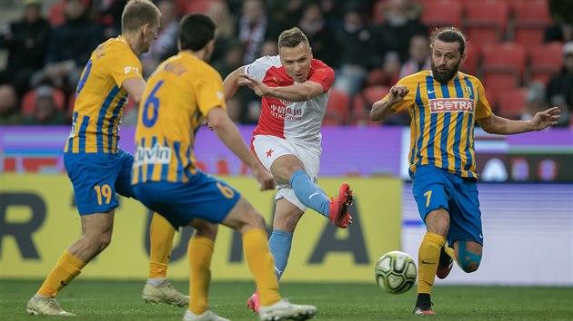 Stanislav Tecl (Slavia) střílí gól proti Opavě.