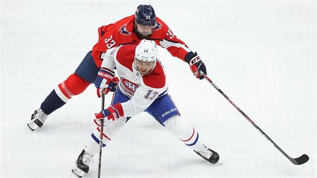 U puku Max Domi z Montrealu, brání ho Radko Gudas z Washingtonu.