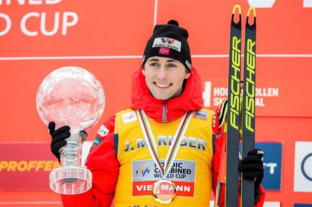 Jarl Magnus Riiber s trofejí pro vítěze závěrečného závodu Světového poháru v...