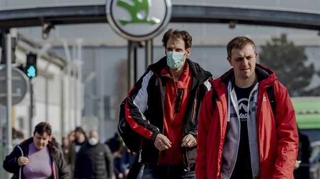 Zaměstnanci mladoboleslavské Škody odcházejí z poslední směny. Společnost se rozhodla zastavit provoz i proto, že dva z jejích zaměstnanců mají potvrzenou nákazu koronavirem. (18. března 2020)