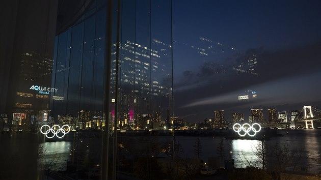 Rozzářené olympijské kruhy v Tokiu.