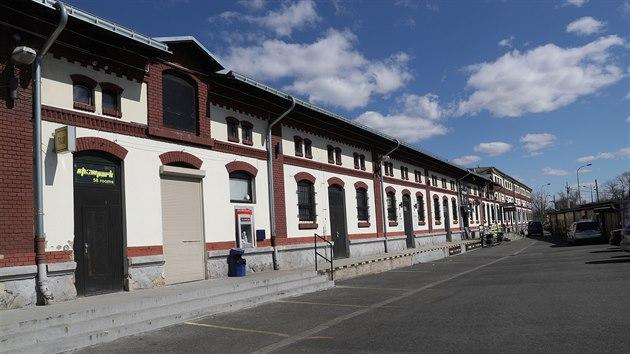 Pražskı primátor Zdeněk Hřib nařídil vyklízení Showparku v Holešovicích. Místo nevěstince bude prostor využit jako ubytovna pro bezdomovce, kteří nemohou dodržovat domácí karanténu. (30. března 2020)