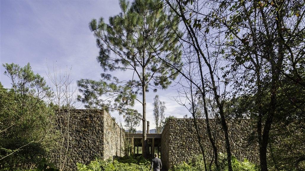 Dům ze dřeva a kamene prorůstá do terénu. Absolutní soukromí zaručeno