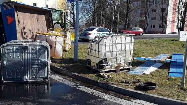 Na kruhovém objezdu v Přerově hasiči likvidovali únik 1200 litrů hnojiva.