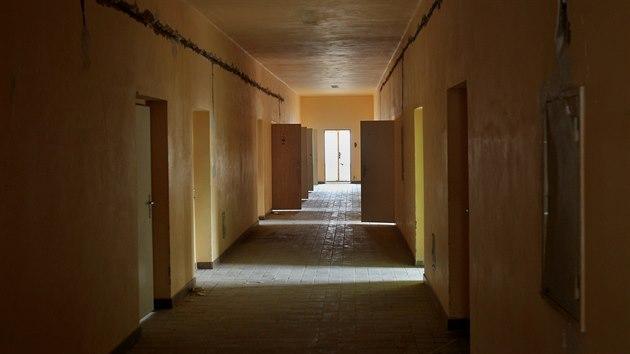 V bıvalıch kasárnách v Plzni na Borech mezi Folmavskou ulicí a ulicí Ke Karlovu nechává plzeňská radnice upravit objekty někdejších ubikací pro případnou izolaci bezdomovců při pandemii koronaviru. (3. 4. 2020)