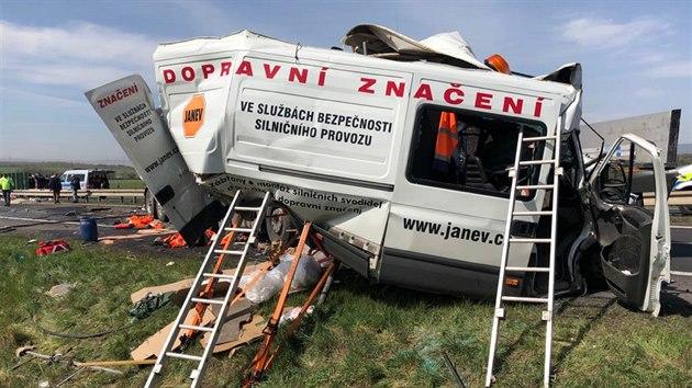Dvě hasičské jednotky vyjely k dopravní nehodě dvou kamionů a dodávky na silnici číslo 13 u Bíliny - Ohníče. Na místě zasahuje vrtulník Letecké záchranné služby. (16. dubna 2020)