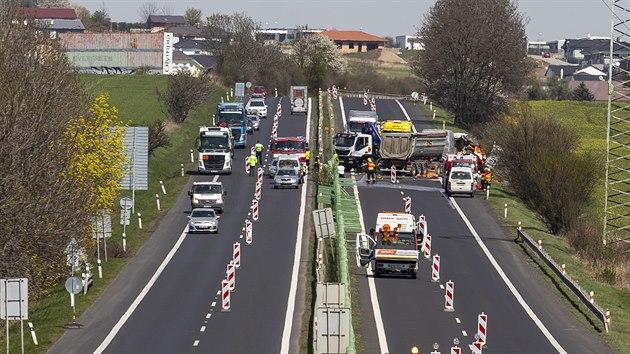 Hasiči a policisté zasahují 16. dubna 2020 při dopravní nehodě na silnici I/13 mezi Teplicemi a Bílinou u Pňoviček, kde zemřeli tři lidé. Dalšího zraněného odvezli záchranáři do nemocnice. Podle hasičů zřejmě jeden z kamionů při srážce tří aut smetl lidi, kteří pracovali na silnici.