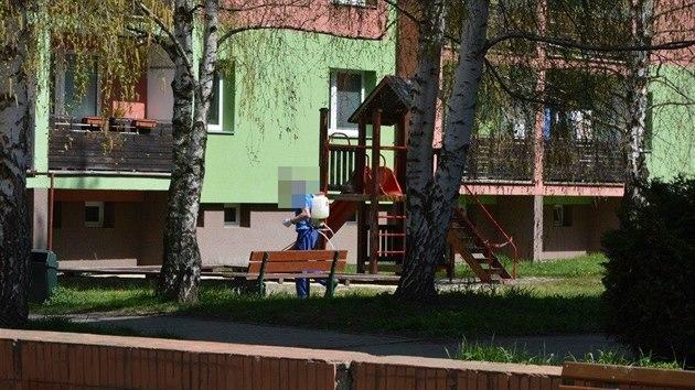 V ulicích Prostějova byl plevel opět likvidován herbicidem Roundup, a to i u dětského hřiště. (duben 2020)